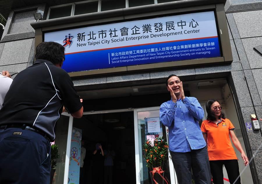新北市長朱立倫(右)16日出席「新北市社會企業發展中心」開幕茶會,為社會企業發展中心揭牌。(劉宗龍攝)