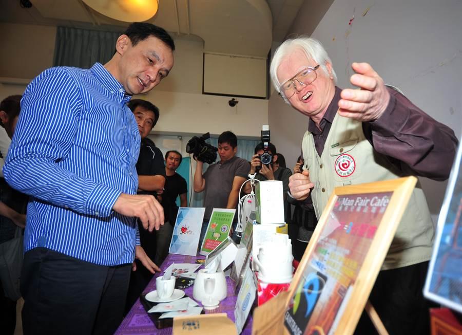 新北市長朱立倫(左)16日出席「新北市社會企業發展中心」開幕茶會,參觀「慢飛兒」及「微客國際志工」等社企單位展示的產品及服務。(劉宗龍攝)