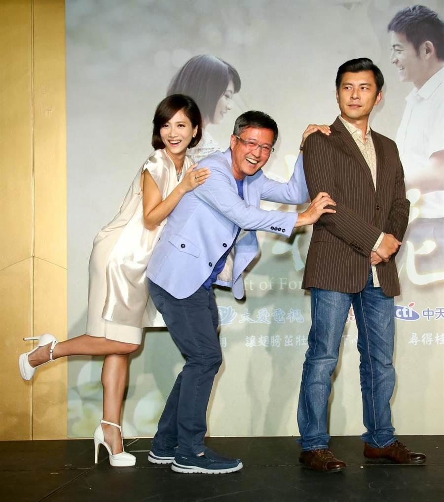 檢場(中)今被拱重現在劇中背女兒徐麗雯(左)的畫面,而蘇炳憲在一旁笑看一切。(羅永銘攝)
