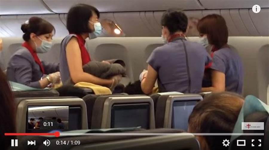 一名台灣孕婦7日在華航班機上生產,空服員在旁協助。(翻攝自YouTube The Kitchen Doc)