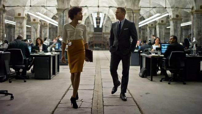 娜歐蜜哈里斯、丹尼爾克雷格(圖/索尼影業《007空降危機》)