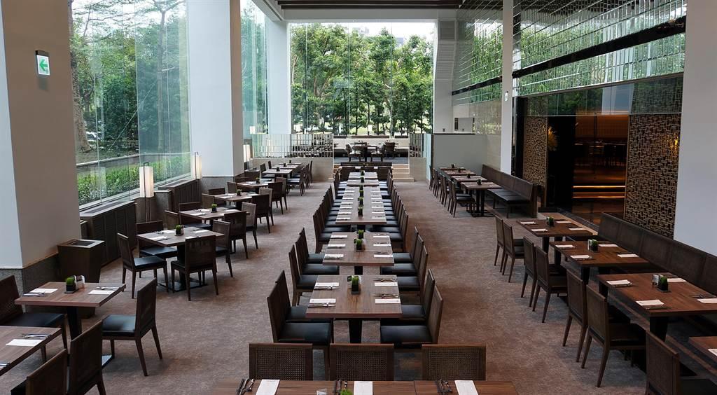 〈栢麗廳〉內挑高兩層樓的用餐區,可以擁覽陽光與公園綠意,置身其中、心曠神怡。(圖/姚舜攝)