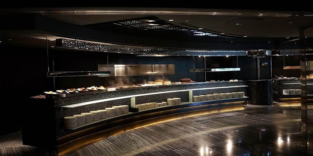 大理石壁面、層積岩潑墨地板,以及黑色鏡面天花板,日本知名設計師橋本夕紀夫運用這幾個建材元素,將〈栢麗廳〉設計得很時尚。(圖/姚舜攝)
