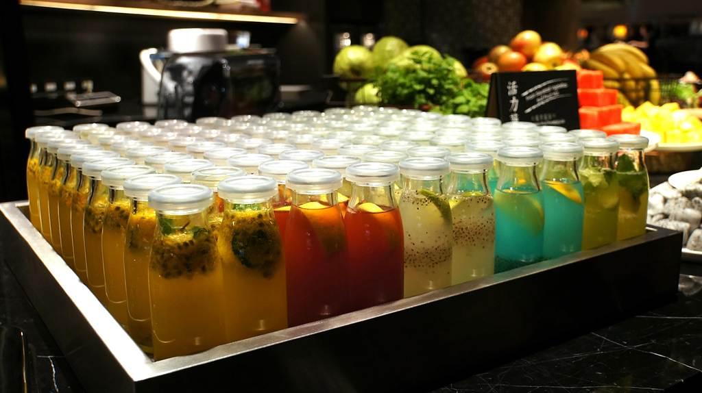 除了新鮮現打的果汁,新〈栢麗廳〉飲料區亦增加了「鮮果調飲」與「汽泡調飲」。(圖/姚舜攝)