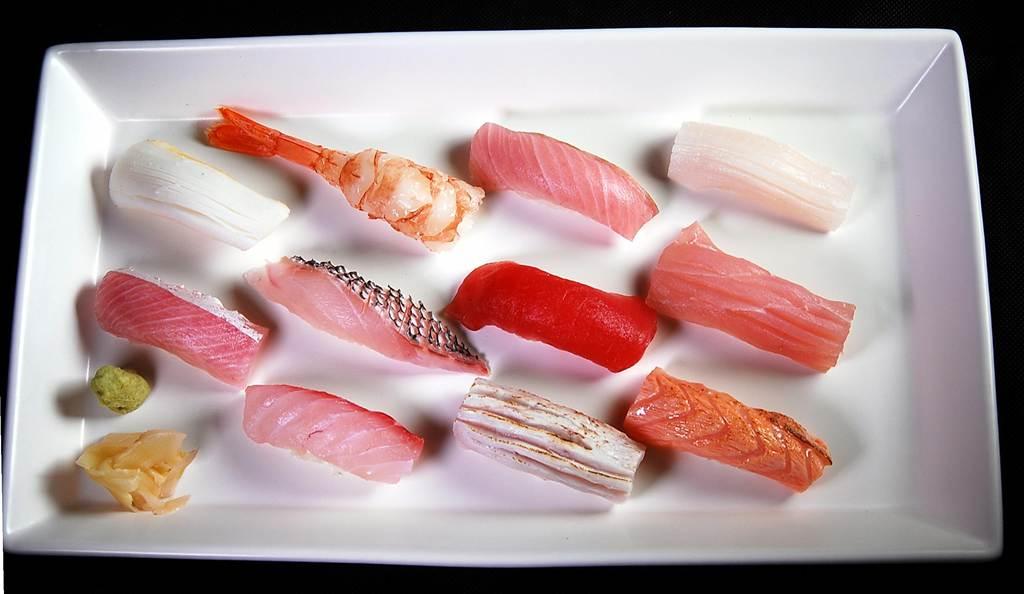 國人嗜食海鮮,新〈栢麗廳〉強調每天每個餐期都會有10多種生魚片和握壽司供食客取食。(圖/姚舜攝)