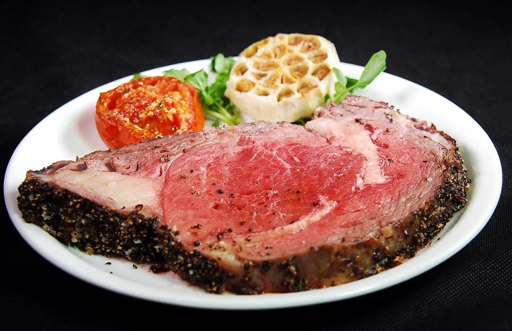 〈栢麗廳〉爐烤區的烤烤Prime Rib牛排,標榜厚度和azie一樣厚切。(圖/姚舜攝)