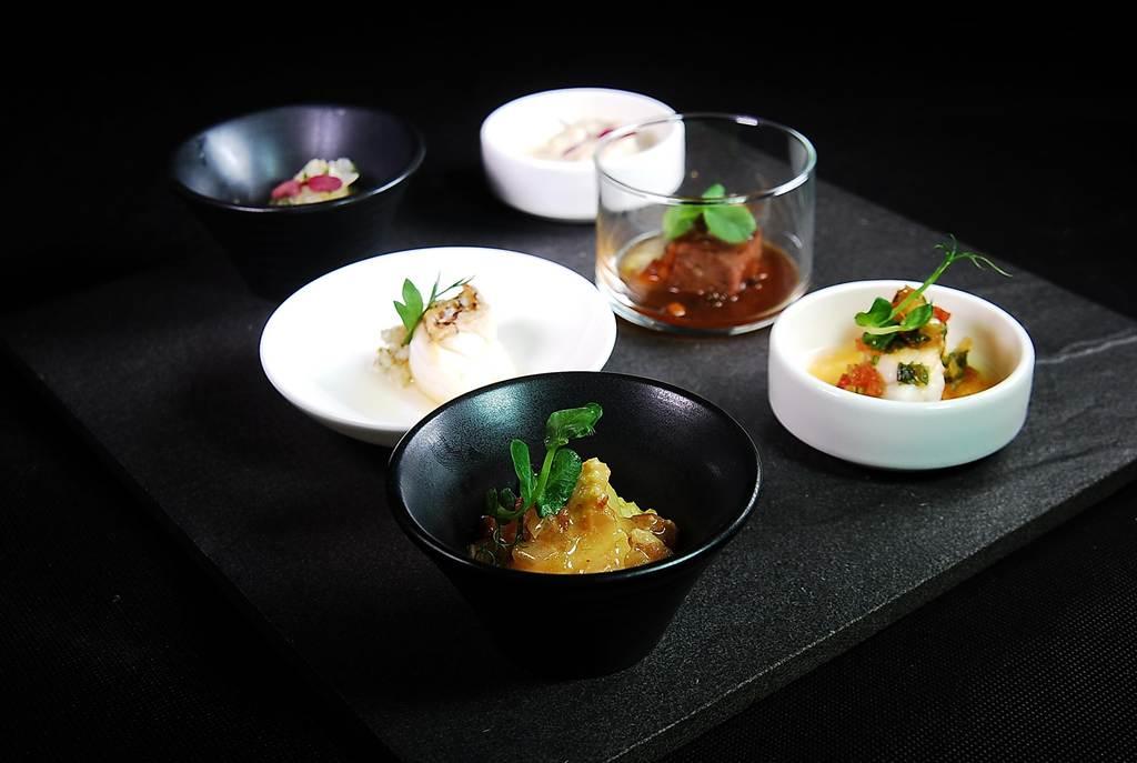 為提高客人美食體驗,〈栢麗廳〉新增歷來客座名廚設計的菜餚,並以「沿桌送餐」(Pass around)方式服務,希望維持菜餚熱度與鮮度。(圖/姚舜攝)