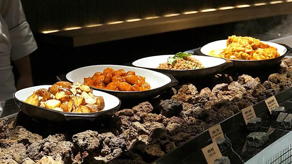 以炙熱的火山石為自助餐檯上的熱菜保溫,為〈栢麗廳〉新的創意。(圖/姚舜攝)
