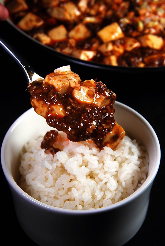 日本料理鐵人陳建一傳授的〈麻婆豆腐〉,如今亦出現在〈栢麗廳〉的取餐檯上供客人取食配飯。(圖/姚舜攝)