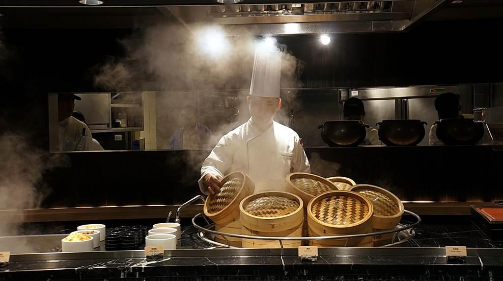 新的〈栢麗廳〉不以國別、菜系為取餐區分類,而是以「蒸籠區」、「爐烤區」、「煮區」等區隔取餐檯。(圖/姚舜攝)
