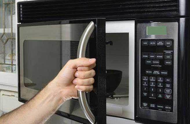 你應該避免將路由器放在金屬物品附近,它會吸收信號強度。(圖/煎蛋)