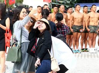 台灣特戰部隊展 女遊客搶拍蛙人