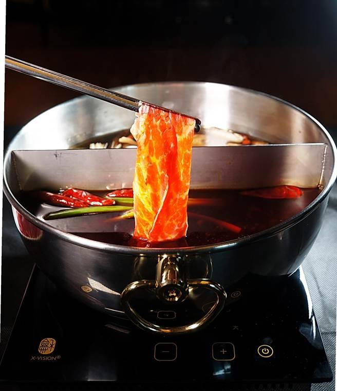 12月1日起,國人可在礁溪長榮鳳凰酒店嚐到〈重慶小天鵝〉的麻辣鍋。(姚舜攝)