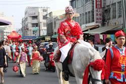 新人古禮娶親 騎白馬抬大轎遊街吸睛