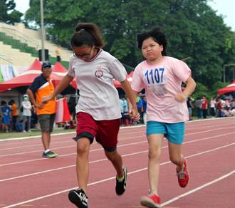 高雄身障運動會 全盲跑者牽著同學參賽