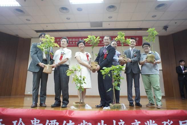 何偉真(左三)呼籲政府與民間攜手復育牛樟樹。(馮惠宜攝)