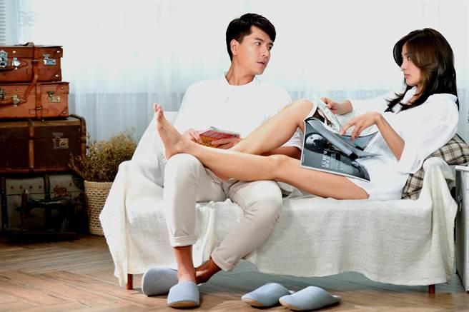 洪小鈴(右)將一雙美腿放到王傳一腿上,相當性感。(三立提供)