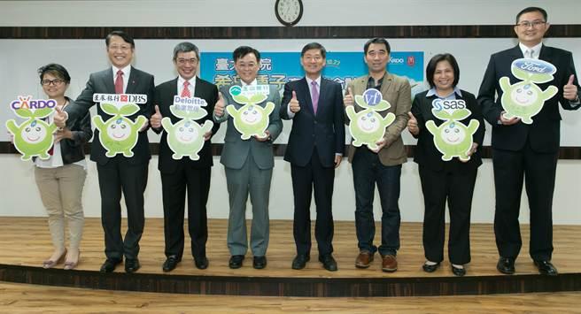 台大「希望種子產學整合計劃」邀請包括星展銀行(台灣)、勤業眾信、玉山銀行、台灣威富、賽仕電腦軟體和福特六和汽車等企業共襄盛舉。(業者提供)