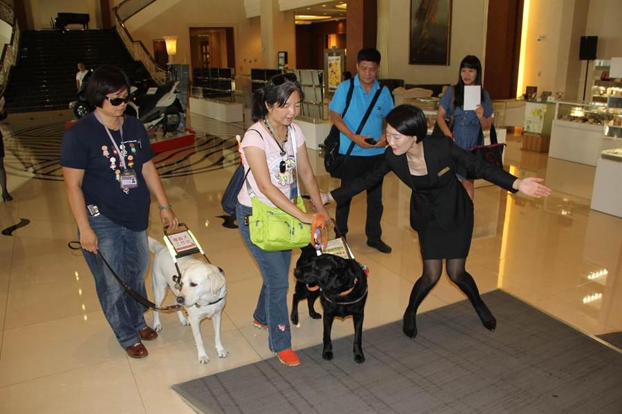 盲胞帶著導盲犬進入餐廳。(程炳璋攝)