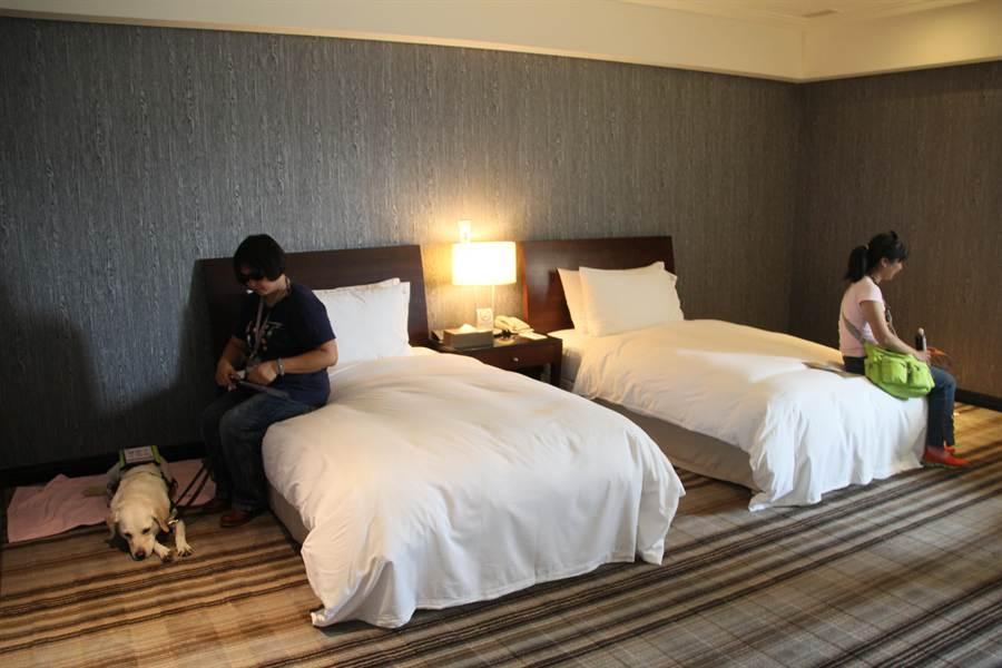 飯店業者提供寬敞的無障礙住房給盲胞與工作犬。(程炳璋攝)