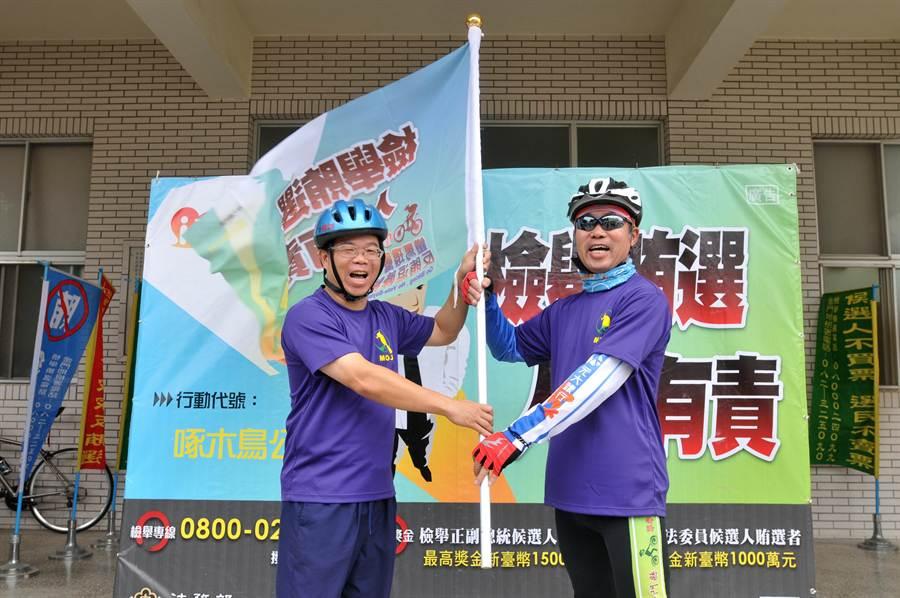 金門地檢署檢察長王文德(左)授旗給風火輪車隊。(李金生攝)