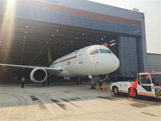 陸首架自製客機C919組裝完成 正式亮相