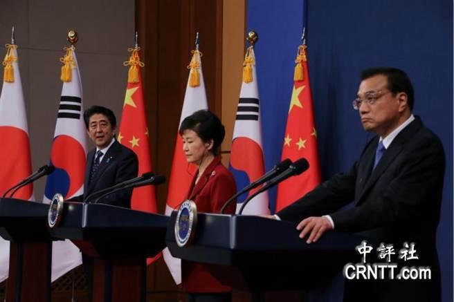 中國總理李克強(右)日本首相安倍晉三(左)與南韓總統朴槿惠(中)。(圖取自中評網)