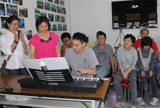 學員吳拓樸彈琴,學員跟著唱歌,彼此交流,充滿溫馨。(吳敏菁攝)