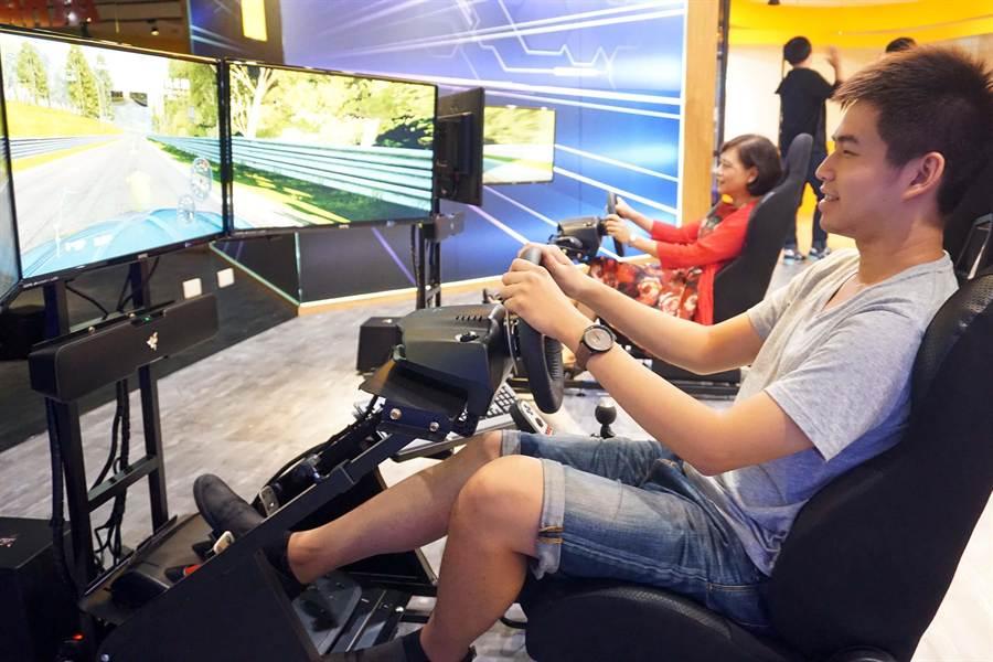 正修科大圖書館大翻新,引進賽車遊戲設備,打造全國唯一遊戲谷,讓學生直呼好幸福。(柯宗緯攝)