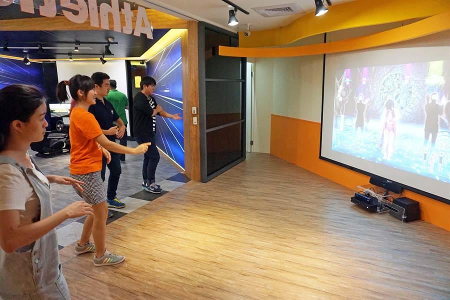 正修科大圖書館打造「遊戲谷」,還能玩體感遊戲,三五學生成群瘋尬舞。(柯宗緯攝)