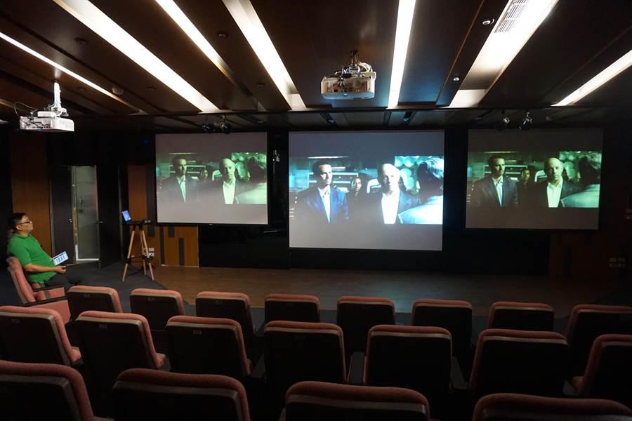 正修科大「i學堂」科技感十足,全用iPad進行場控,除可當演講廳外,還能做為小型電影院。(柯宗緯攝)