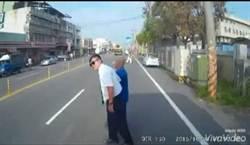 彰化客運司機下車扶盲伯過馬路 網友狂喊讚