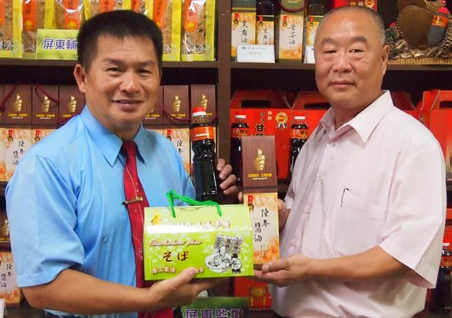 台灣更生保護會屏東分會委員黃煥松(左)提供處所開設「棋盤腳更生物流坊」,和和樂餐廳老闆莊育棟(右)一起推銷監所產品。(潘建志攝)