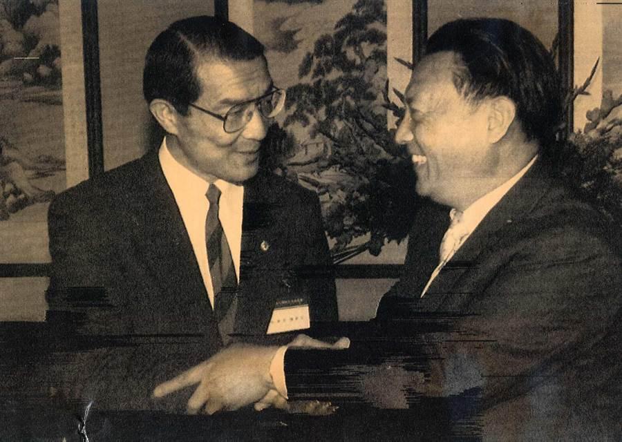 1991年4月29日海基會祕書長陳長文(左)與中國國台辦副主任唐樹備於釣魚台賓館會談。(中時報系檔案照片)