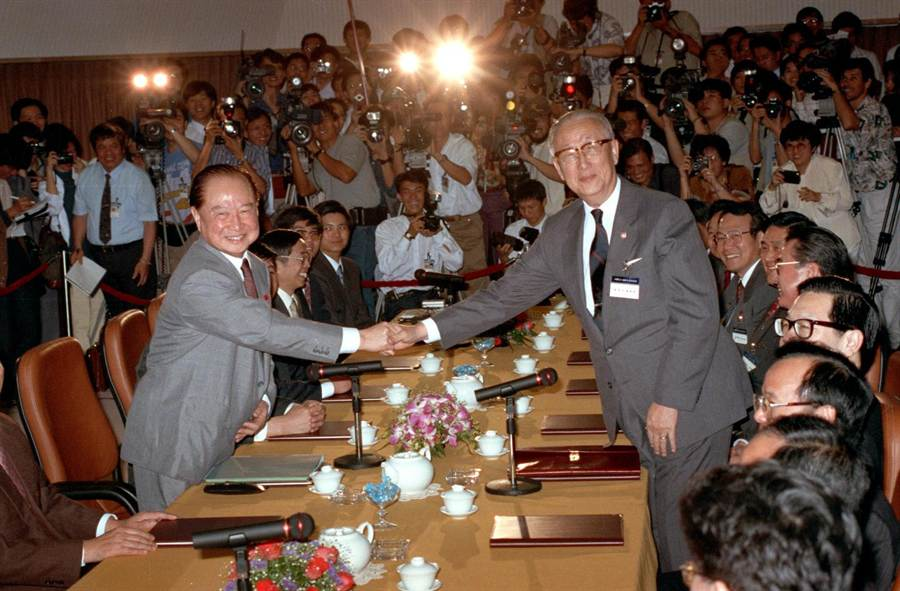 1993年4月27日海基會董事長辜振甫(右)與中國海協會會長汪道涵於新加坡首次會談。(新華社)