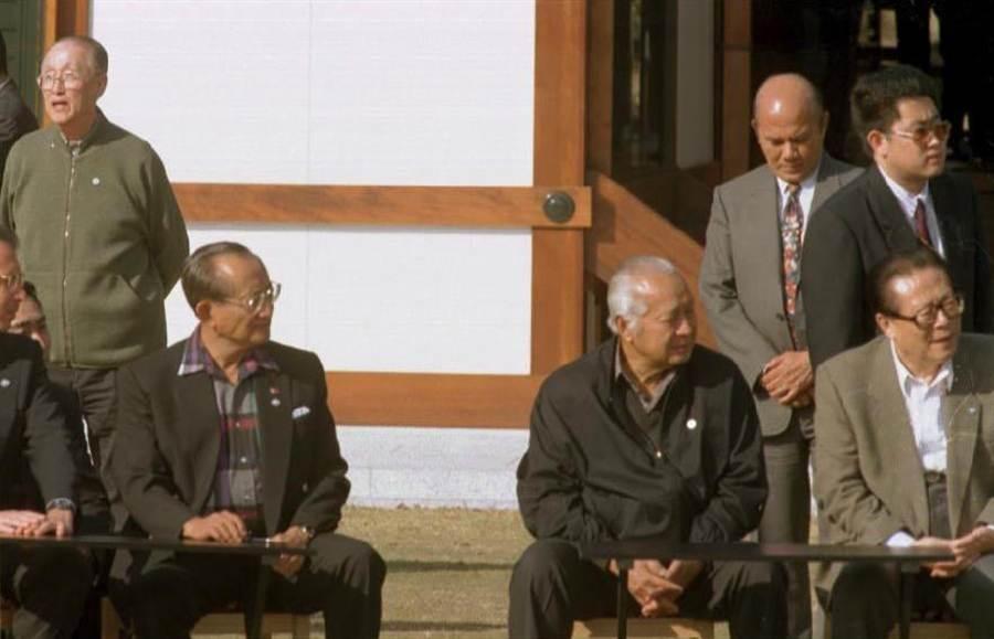 1995年11月19日中華民國特使辜振甫(左後)出席於日本舉行的APEC非正式經濟領袖高峰會議。於此次會議曾與中共領導人江澤民(右前)有短暫晤談。(陳明仁攝)