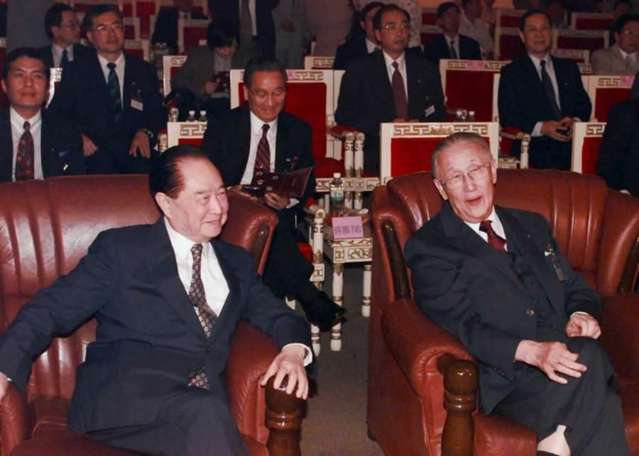 1998年10月15日海基會董事長辜振甫與中國海協會會長汪道涵於上海第二次會面,兩人於會面期間共同觀賞京劇演出。(新華社)