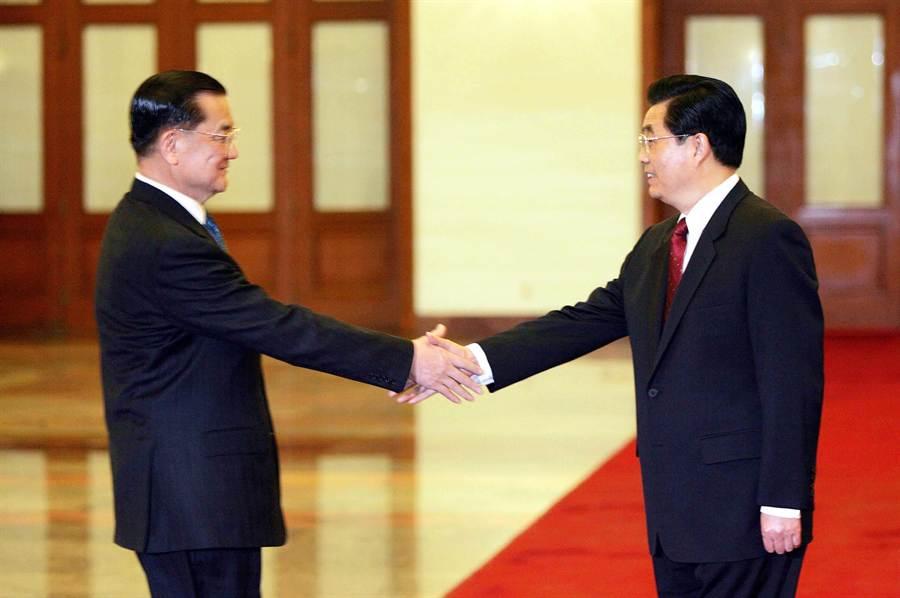 2005年4月29日中國國民黨主席連戰(左)與中共中央總書記胡錦濤在北京會面。(中新社)