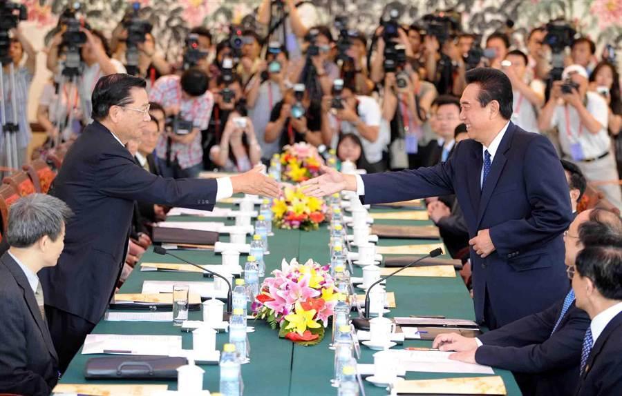 2008年6月12海基會董事長江丙坤(左)中國海協會會長陳雲林於北京首次會談。(新華社)