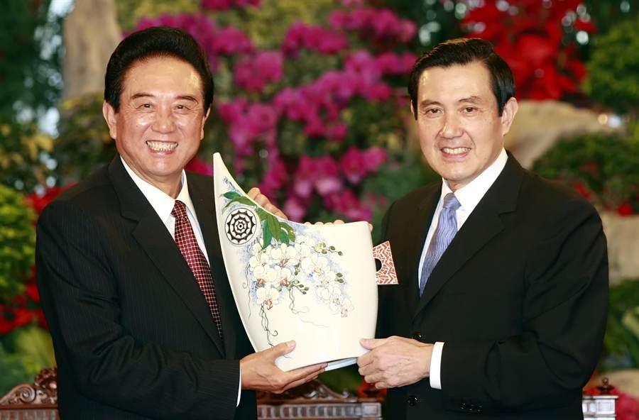 2008年11月3日第二次江陳會於台北舉行,11月6日總統馬英九(左)與中國海協會會長陳雲林於台北賓館會面,馬英九贈送鶯歌陶作給陳雲林。(王遠茂攝)