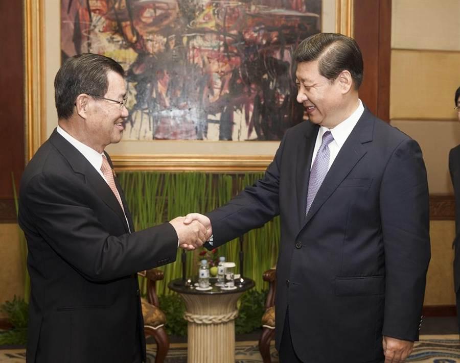 2013年10月6日特使蕭萬長(左)出席於印尼舉行的第21屆亞太經合組織領導人非正式會議,與中共中央總書記習近平會面。(新華社)