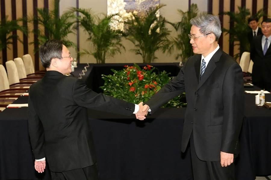 2014年2月11日陸委會主委王郁琦(左)與中國國台辦主任張志軍與在南京召開首次兩岸官方首長會議。(王爵暐攝)