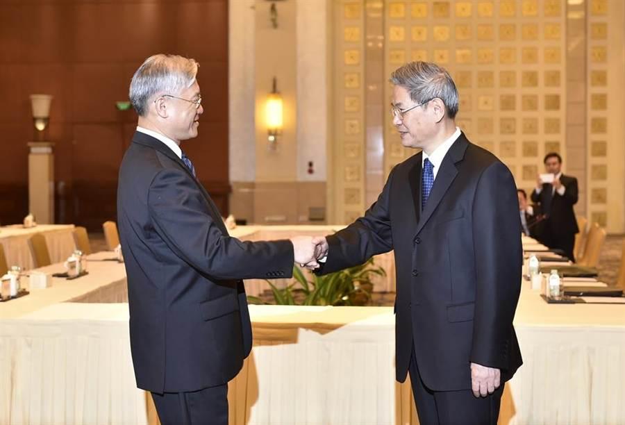 2015年10月14日陸委會主委夏立言(左)與中國國臺辦主任張志軍在廣州會面,開始協商兩岸領導人會面。(新華社)