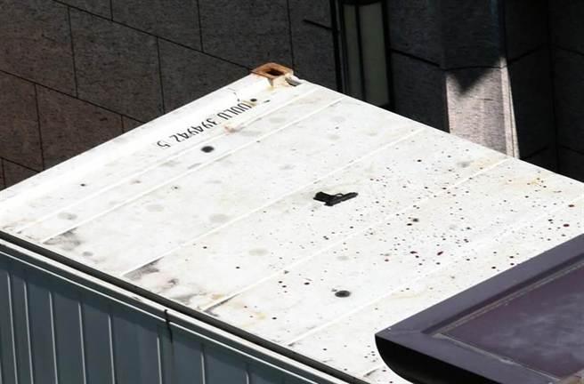 跳樓後遺留在貨車頂的槍枝。(王英豪攝)