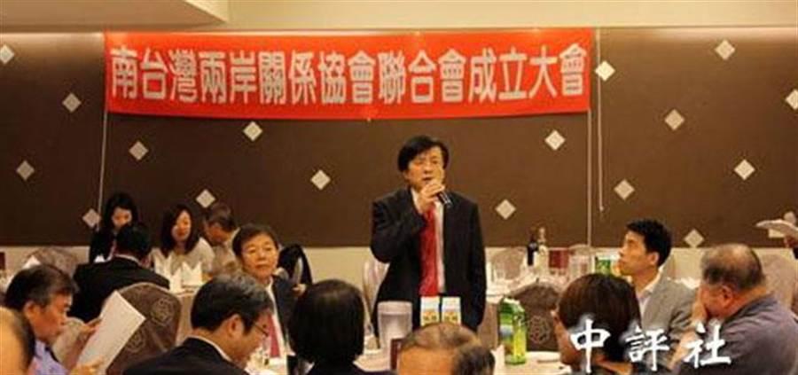 「南台灣兩岸關係協會聯合會」於今年4月17日成立,高雄市兩岸關係學會理事長蔡金樹(站立者)也當選為該聯合會首任創會理事長。該會公開聲明,支持馬習會(圖取自中評網)