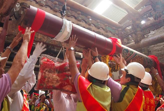 九如三山國王廟舉行修復工程上樑大典,儀式莊嚴隆重。(潘建志攝)