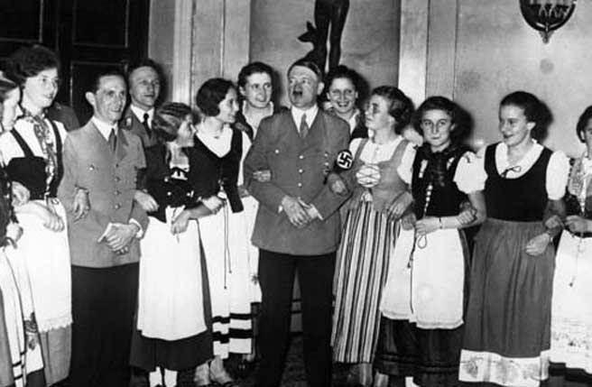 希特勒與戈培爾和萊茵蘭女孩們在一起。(圖/新華網)