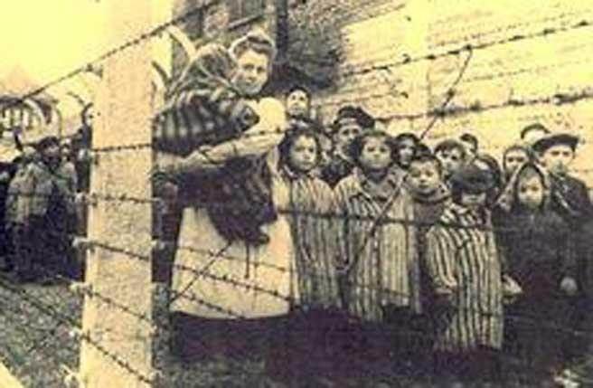 奧斯威辛集中營解放活約7000人。(圖/千字文書法)