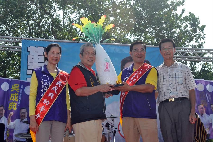 雙鯉公共事務會創會會長李國贊(左二)贈送「好采頭」,祝福吳成典高票當選。(李金生攝)