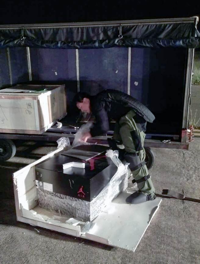 防爆人員先用爆裂物偵檢儀檢測,並沒有發現該木箱貨品上有爆裂物特有的懸浮微粒,拆解後只是二個裝鞋子用的空櫃。(陳麒全翻攝)